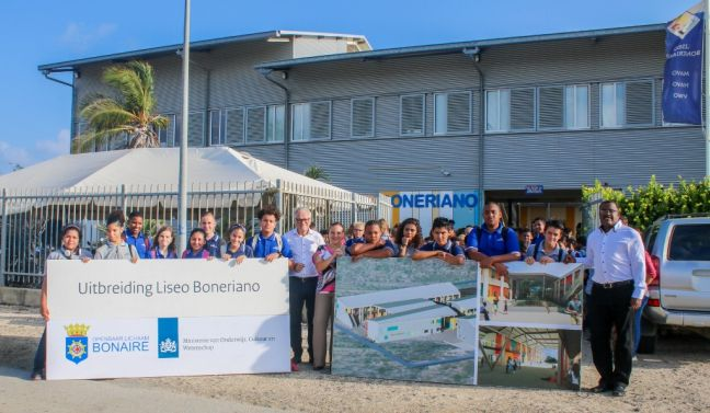 Appearing in the photograph are the representatives of the various parties involved: Commissioner Nina de Heyer of Education, Department head Reynolds Oleana of RCN/OCW and General Director Frans van Efferink of Scholen Gemeenschap Bonaire. (Photo contributed)