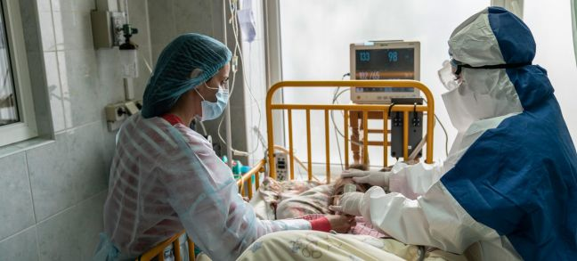 © UNICEF/Evgeniy Maloletka A mother and doctor tend to a young girl with COVID-19 at an intensive care ward in the western region of Chernivtsi, Ukraine.