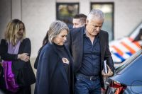 Nicky's mother Berthie Verstappen and television journalist Peter R de Vries arrive for the verdict. Photo: Marcel van Hoorn ANP