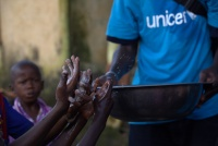 In Conakry, Guinea, a mobilizer teaches children about proper handwashing techniques, which help prevent the spread of diseases, including Ebola. Photo: UNICEF/Timothy La Rose.