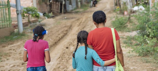 ©UNICEF/Arcos Nine-year-old Acnayeli (center) fled violence in Venezuela and lives now with her mother and sister in in Cucuta, Colombia. (April 2019)