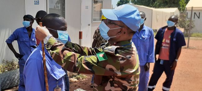 MINUSCA As part of the information campaign on COVID-19, the commander of the Bangladeshi medical contingent at the UN peacekeeping mission in the Central African Republic, encourages local contractors to wear protection masks.