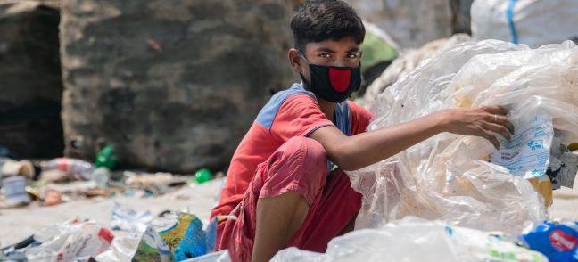 © UNICEF/Parvez Ahmad Twelve-year-old boy in Dhaka, capital of Bangladesh, sorts through hazardous plastic waste without any protection, working to support his family amidst the lockdown.